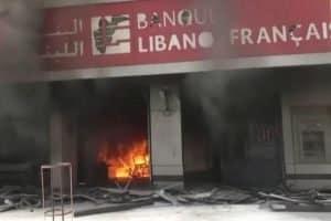 Cidadãos queimam bancos na Europa em meio ao coronavírus e imprimem seu próprio dinheiro