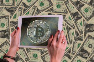 Em meio à crise, idosa de 89 anos quer investir em bitcoin para se proteger