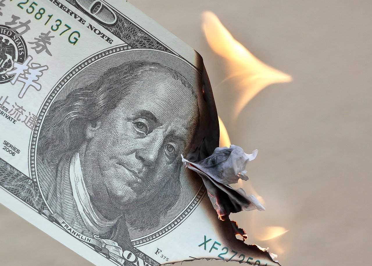 Dólar registra seu pior mês em uma década e é trocado por bitcoin, ouro e ações