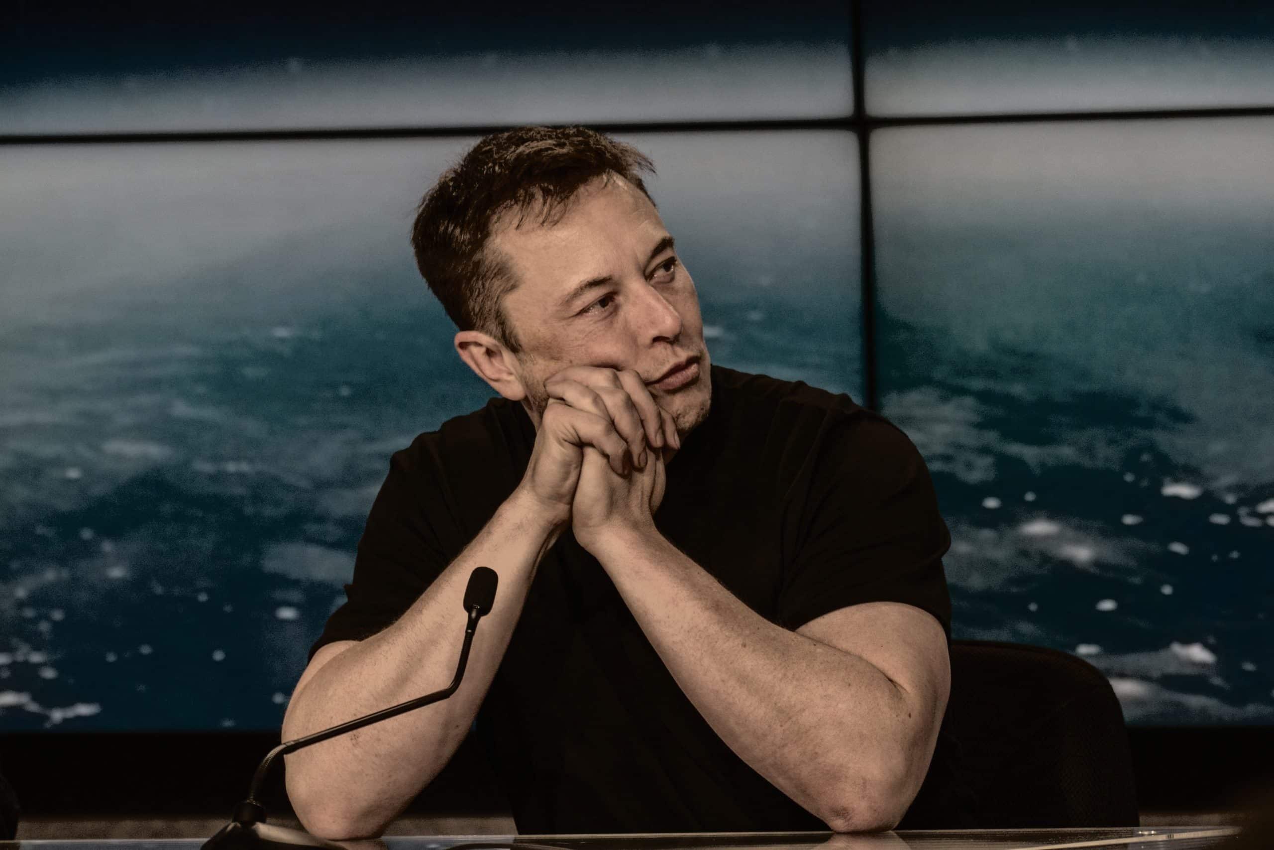 Elon Musk perde a primeira posição dos mais ricos do mundo após queda das ações da Tesla