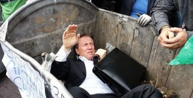 Viktor Yanukovych sendo jogado em uma lata de lixo.